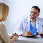 Fotolia_209757677_XS_Arzt und Patient im Gespräch bearbeitet V4 quadratisch